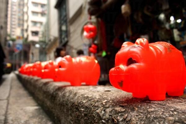 這些大小不一的紅豬儲錢罌幾乎成了朱榮記的標記。三種大小,價錢由 $16、$19、$29 不等。
