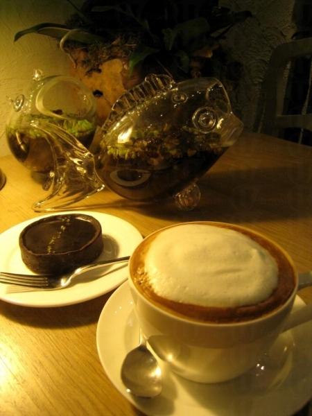 一塊朱古力撻($25)以及一杯 Cappuccino($30)就是下午茶的最佳選擇。