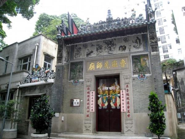 魯班先師廟位於蓮臺上,夾雜在高樓大廈之間感覺有趣。