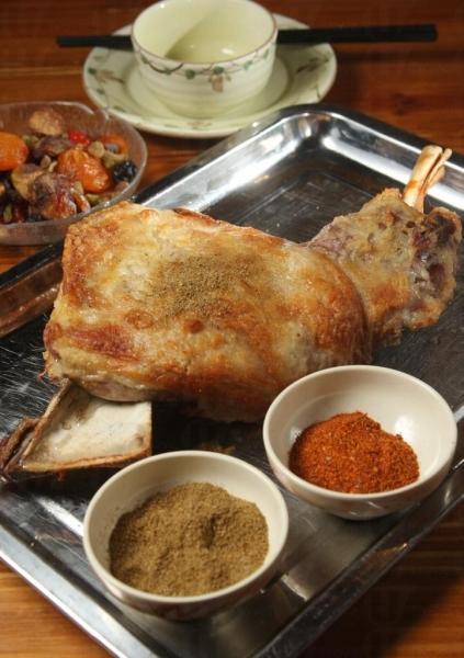 烤羊腿配上孜然等香料,啖啖肉很惹味。