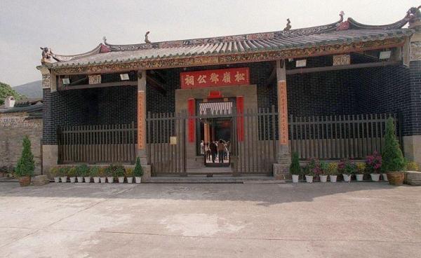 松嶺鄧公祠為法定古蹟,開放供民參觀。