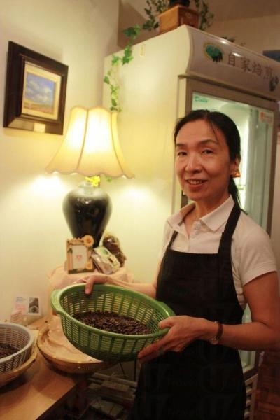 北村小姐手上的,是當日新鮮烘焙的咖啡豆。