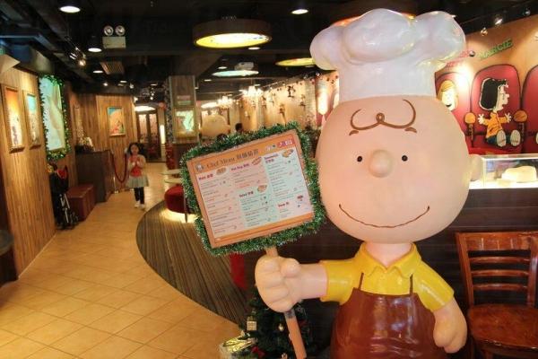 Charlie Brown Cafe 的主人查理布朗站著歡迎你。