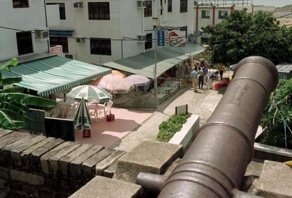 炮台就位於村屋旁邊,古蹟與民居形成有趣的對比。