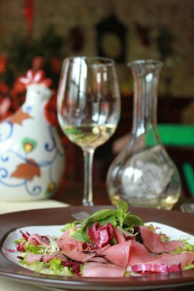 薄切吞拿魚沙律配鮮檸檬橄欖油口感軟滑,配白酒最好。