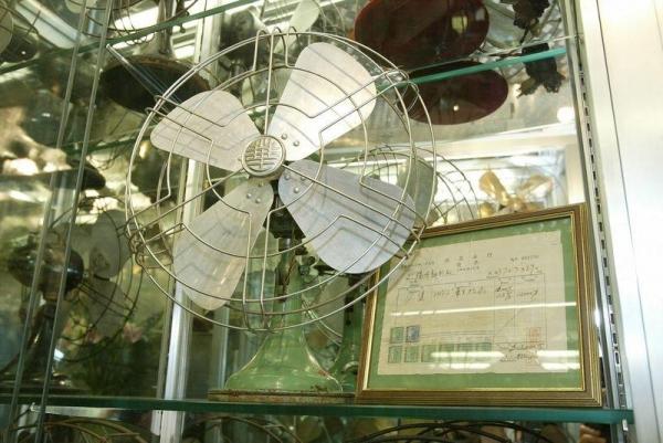 不要小看一把把看似平平無奇的風扇,在二、三十年代可算是奢侈品。