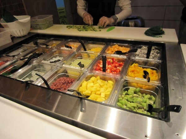 員工在旁切好水果補充 toppings,非常新鮮。