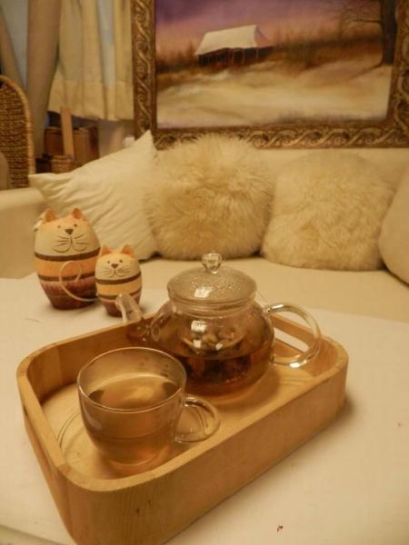 花茶共有 4 款任你揀,這壺加了蜜糖的玫瑰花茶,是最受女士歡迎的。