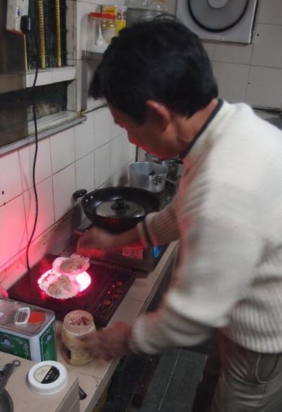燒蠔製法全程公開,電爐燒煮,富住家風味。