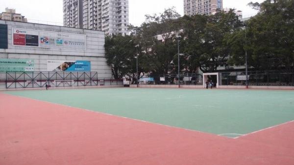 公園內的七人石地足球場,閒日來踢球的人不多。