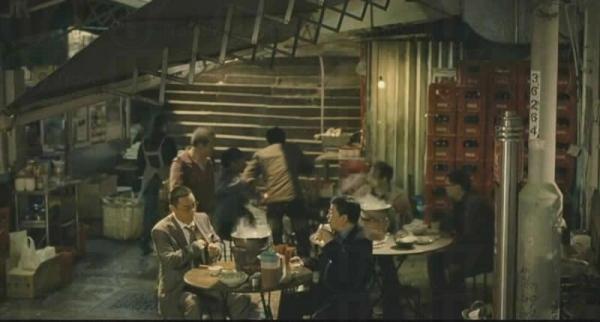 電影中大排檔是實景,但炭爐火鍋則屬虛構。(電影片段)