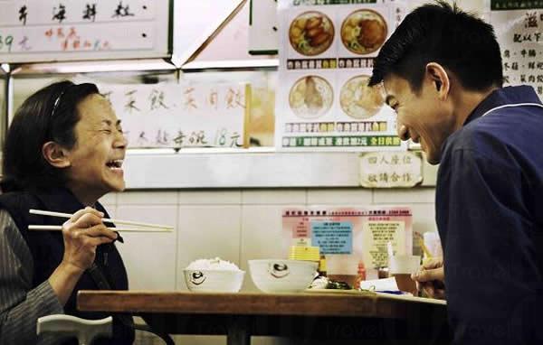 桃姐與 Roger 於茶餐廳進餐一幕,已成了戲中經典畫面。(電影劇照)