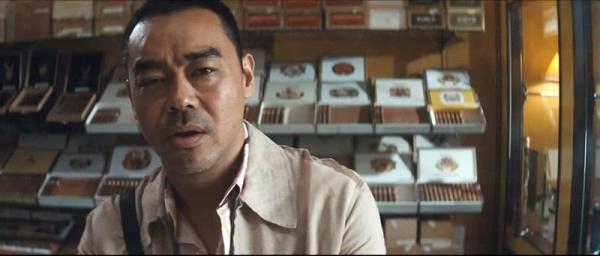 三腳豹炒贏期指後雖然立即去買雪茄,但對雪茄卻一竅不通。(電影片段)