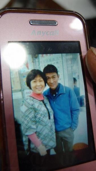 劉大姐展出與劉華的合照,並表示劉華親民,沒有架子。