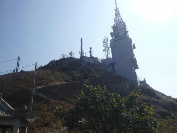 山頂上的軍事禁區,行人止步。