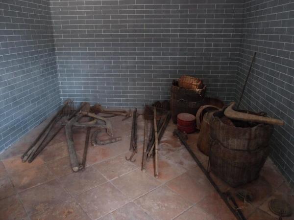 祠內展示昔日村民耕種的工具。