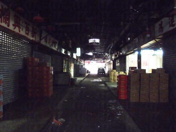 白天時的果欄小巷也是陰暗的