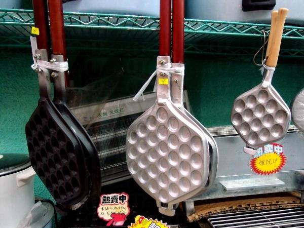 廚具街有售很多有趣廚具,好像有雞蛋仔夾。