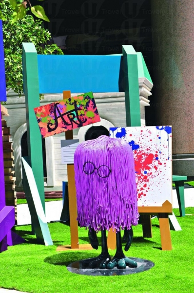 Art Club 招新會員,Art Fungs 新身示範行為藝術品,其實是不小心將成桶油倒到成身都係。
