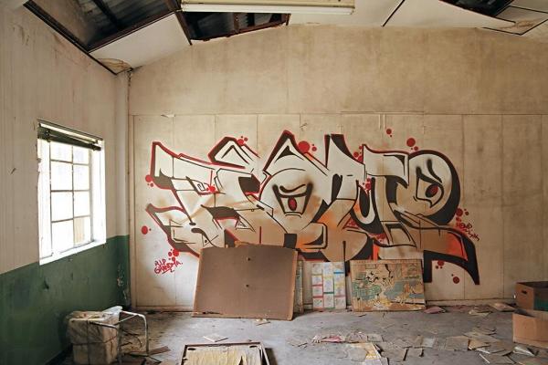 轉堂或下課時最愛偷偷拿粉筆在黑板畫公仔,現在則改成了塗鴉。