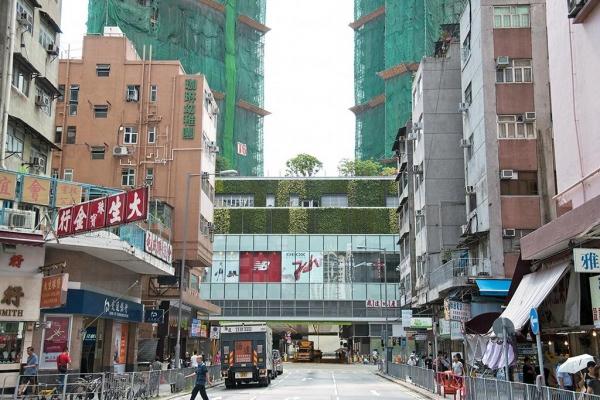 從仁政街看過去 V-City,可看到新舊兩面的屯門。