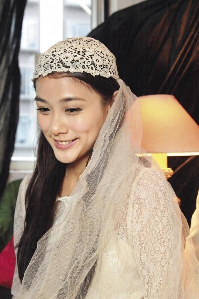 鎮店之寶之一,英國 1910 年代婚禮用頭紗,雖有微黃,卻手工精細。