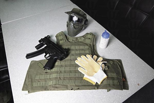基本裝備包括手套、面罩、戰術背心、電動 MP5K短槍 或 G36C 長槍、BB彈、彈匣等。