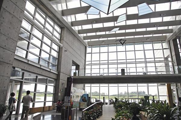 入口矮、出口高,有如隧道的主樓,正式引你走進濕地,天花還巧妙地以玻璃向北、石屎向南的設計,引入自然光的同時遮擋大陽的熱。