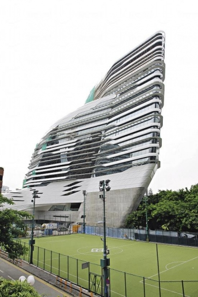 大樓內除辦公室及課室外,亦將設有設計博物館、展覽空間、公用觀景廳等設施,預計可容納 1,800 名教職員及學生。