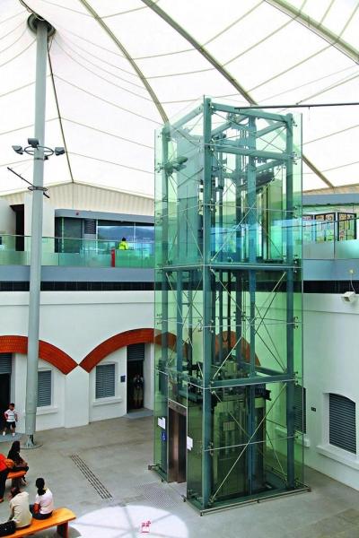 在古蹟上加裝現代建築所需的設施有一定難度,例如加裝升降機,就要在地基上掘深安裝底座。