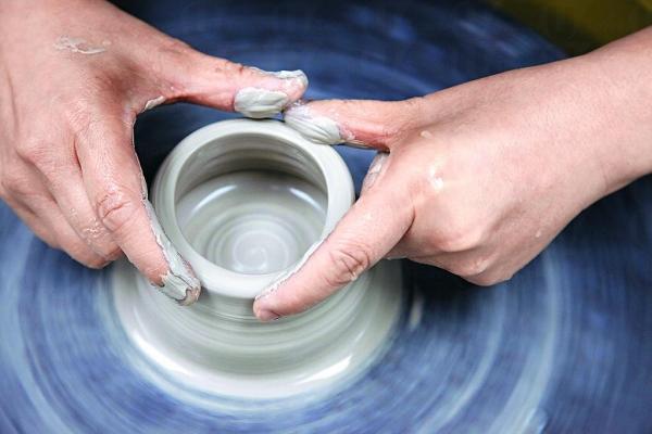 學拉坯最緊要把陶泥置中好,手肘穩住位置,手才能定。