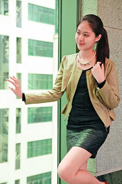 斯文OL: 韓國杏色短裝皮褸 $498、仿珠鏈 $218、黑色格仔皮裙 $328、貼身打底襯衣 $199。