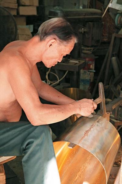 約 80 年前銅匠陸老先生於砲台街開設陸炳記,承造銅鋼製品雜貨。