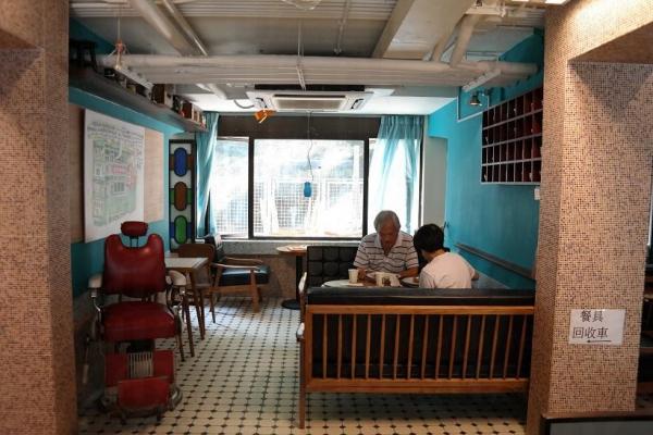 美荷樓呼吸冰室放有舊式髮型屋座椅,配合餐廳的懷舊主題。