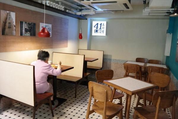 港式茶餐廳必備元素:格紋階磚地板、木板座椅。
