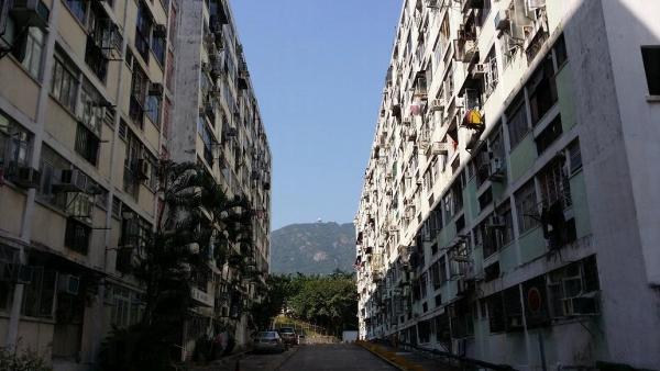 大坑西邨樓宇建在馬路兩邊,設計簡潔。