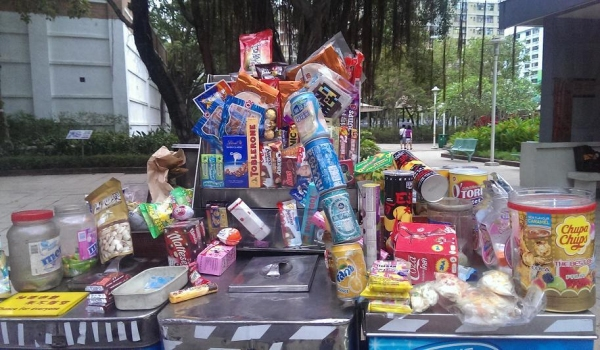 雪糕車上擺放了各式各樣的零食和飲品,伯伯還特地將汽水罐穿起來用作裝飾。