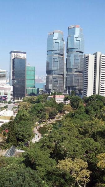 在觀景塔俯瞰公園,景色很美。