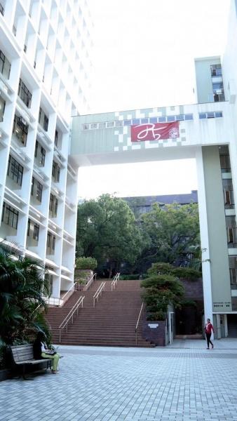 走上圖書館前的這條樓梯,左手邊就是蒙國平花園。