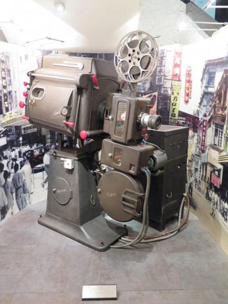 大堂展出的電影放映機,目測有一米八。