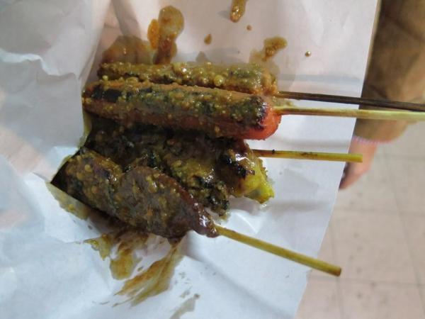 一試便知龍與鳳,果然好出色,用炭爐燒烤是常識,一條廚師腸都好好食,叫個腐片卷試下,配上沙嗲汁真係食到lam lam 脷!
