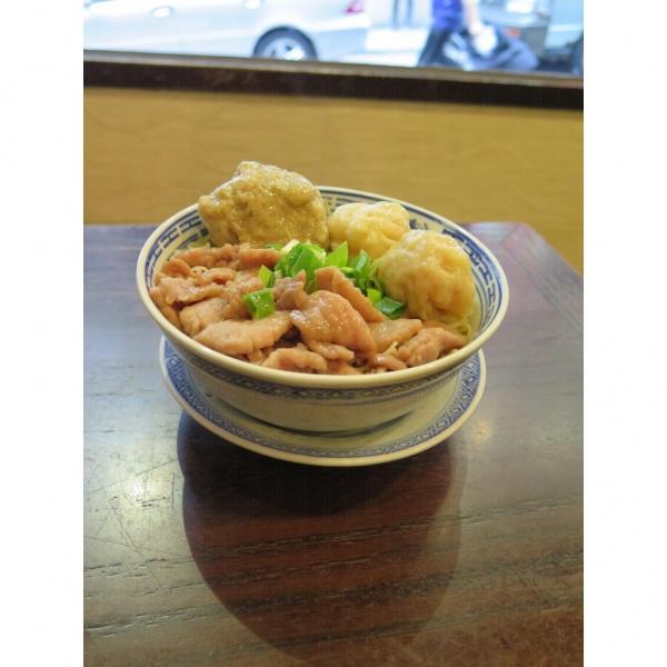 三拼湯麵:鮮鯪魚球、雲吞、鮮牛肉,$34。