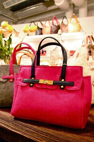 獨家首賣日本最 hit 絨面手袋,causal 得來不失斯文,大受女生歡迎。$380。