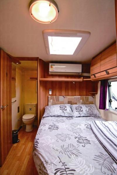 睡床上有天窗晚上可望星星,而且更有冷氣設備。