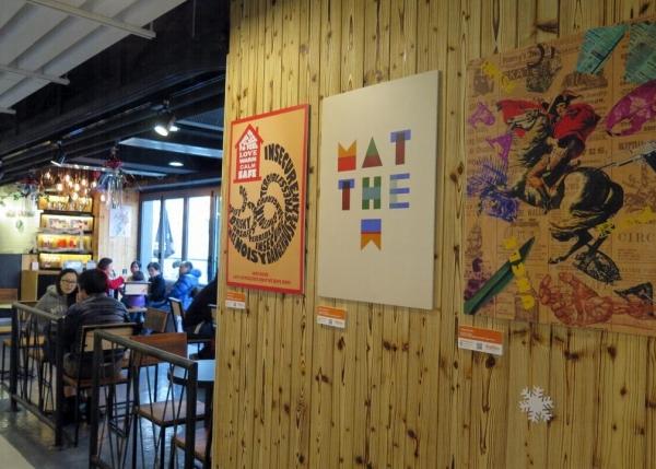 店內提供場地,展示設計學校學生作品。
