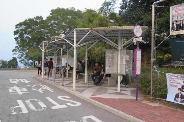 乘2號校巴在新亞書院站落,由後面的山路向上行。