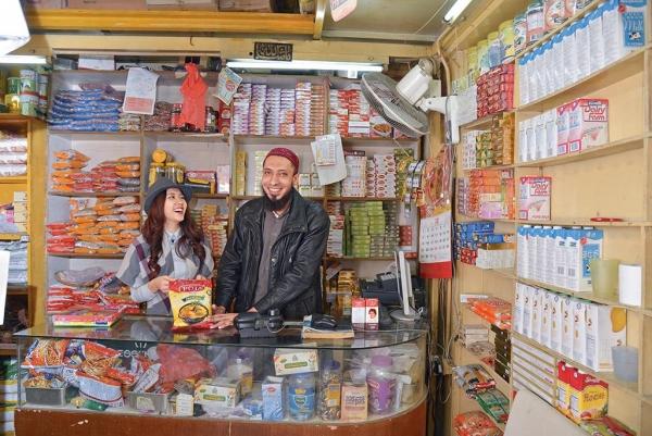 Jalalia Provision Store 老闆 Abid 在葵涌開店16年,店舖面積較大,貨品款式選擇較多。