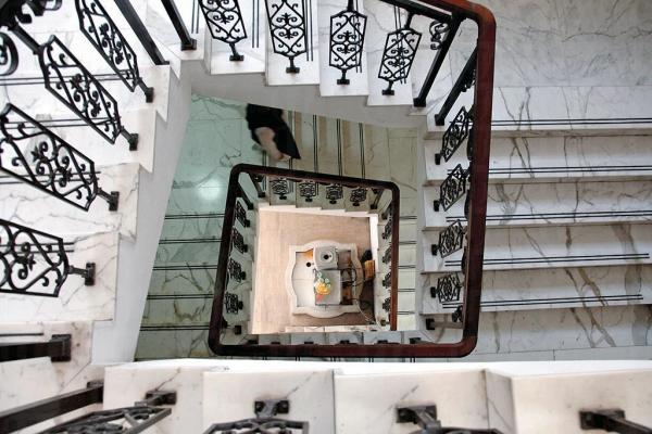 寺內樓梯透花扶手雅緻。