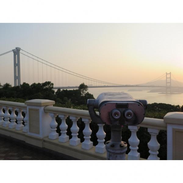 觀景台設有望遠鏡看青馬大橋