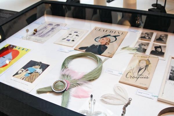 展覽一共展出逾百件古今珍貴潮流配飾,八種配飾包括:長襪、鞋子、珠寶、手袋、髮飾、帽子、手套及香水。